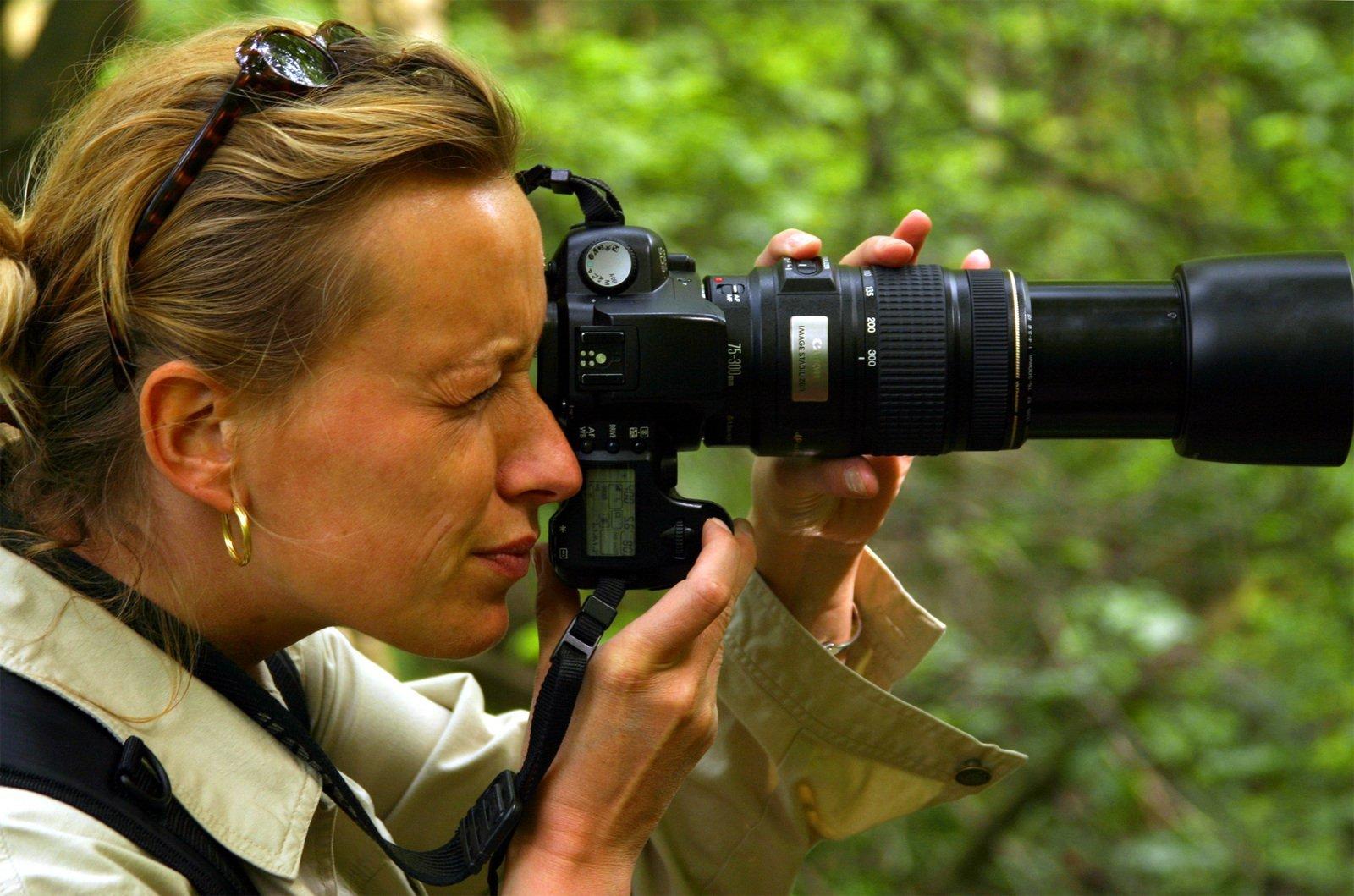 woman-with-camera-1439892.jpg